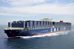 Riese auf dem Ozean. Fast 400 Meter lang ist dieser Frachter. Passagiere wohnen in der Etage gleich unter der Kommandobrücke.