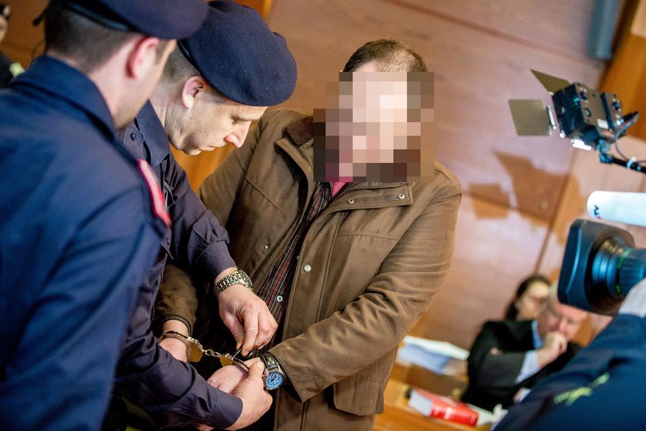 Der Angeklagte bei der Ankunft im Schwurgerichtssaal zum Mordprozess im März.