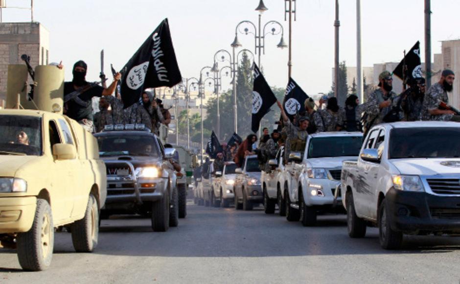 IS-Kämpfer bei einer Parade in der syrischen Stadt Raqqa. (Archivaufnahme)