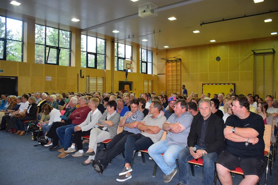 Zum Infoabend über Flüchtlinge im Kultur- und Sportzentrum St.Ulrich kamen rund 200 Zuhörer, die geteilte Meinungen vertraten.