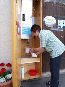 Luise Fink muss den einzigen Milchautomat der Region täglich reinigen.