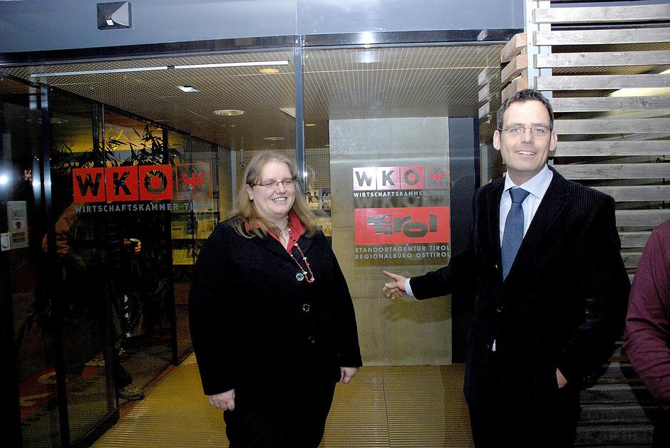 Damals war alles noch eitel Wonne: Leiterin Manuela Gritzer und Harald Gohm bei der Eröffnung der Standortagentur-Filiale Lienz 2011.