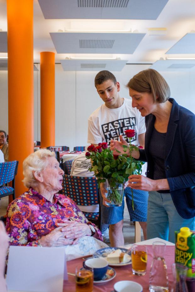 Rosen für die Jubilare: Ahmed assistiert Heimleiterin Katharina Becke.