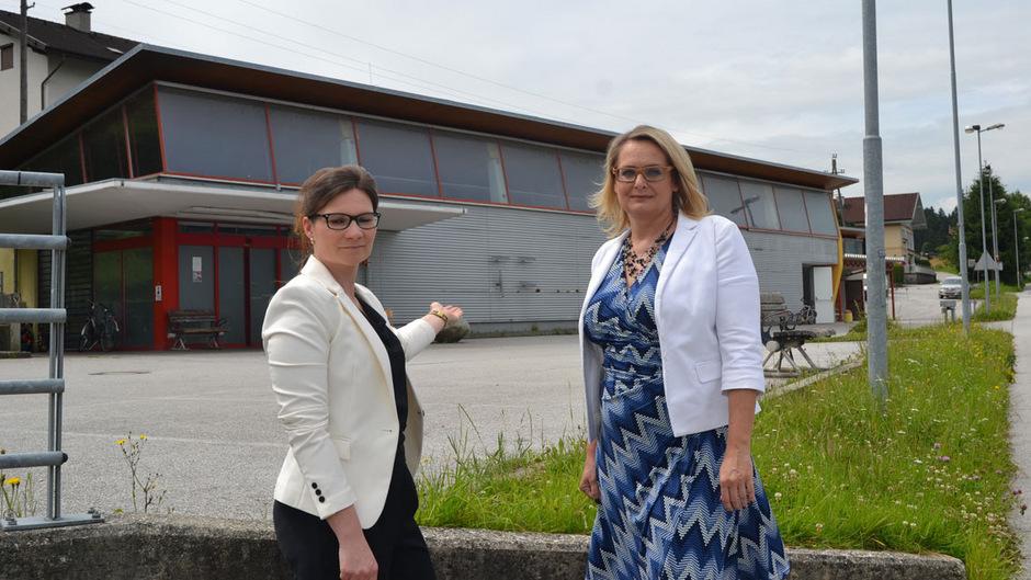 GR Sandra Priewasser und  NR Carmen Schimanek vor der Kirchbichler Asylwerberunterkunft.