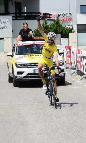 """Nach sieben Stunden und zwanzig Minuten erreicht """"Vergleichsradler"""" Patric Grüner mit dem Rennrad das Ziel in Sölden."""