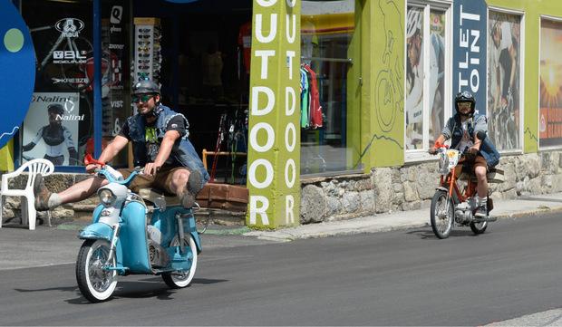 Nach einem stundenlangen einsamen Kampf auf dem Moped erwartete die Teilnehmer dann ein großes Feiern im Ziel.