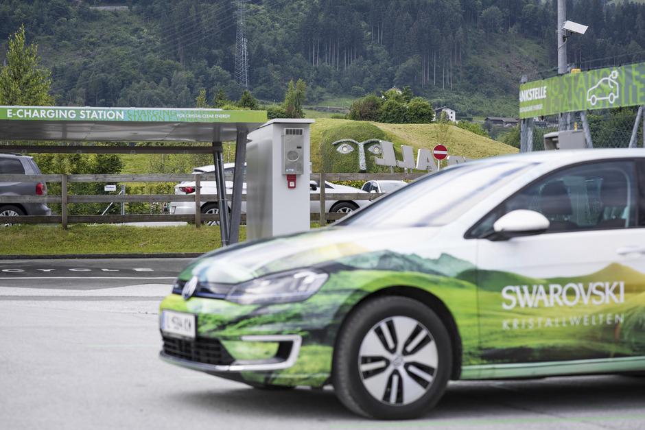 Ladestation: Bis zu zehn Elektroautos können bei den Kristallwelten ab jetzt geladen werden.