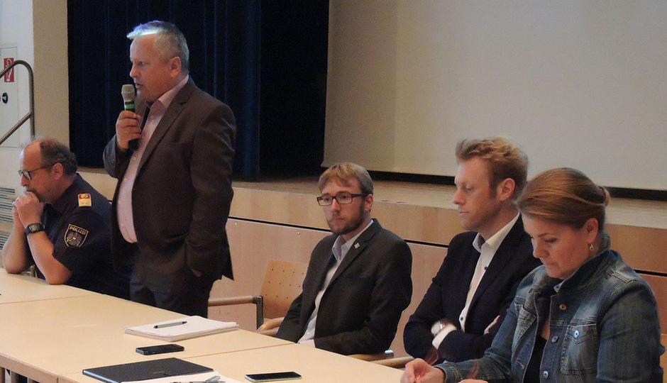 Bezirkspolizeichef Hubert Juen, BM Josef Leitner, Georg Hochfilzer und Georg Mackner stellten sich unter der Moderation von Pia Krismer (v.l.) der sachlichen Diskussion im Oberlandsaal.