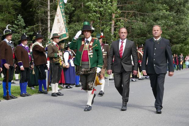 Landeskommandant Fritz Tiefenthaler, Bürgermeister Franz Gollner und Landeshauptmann-Stellvertreter Josef Geisler schritten die Formationen ab.