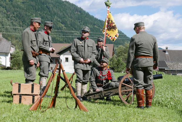 Die Traditionsbatterie des k&k Gebirgsartillerieregiments Kaiser Nr. 14 aus Dölsach unterstützte die Ehrensalven mit Böllerschüssen.