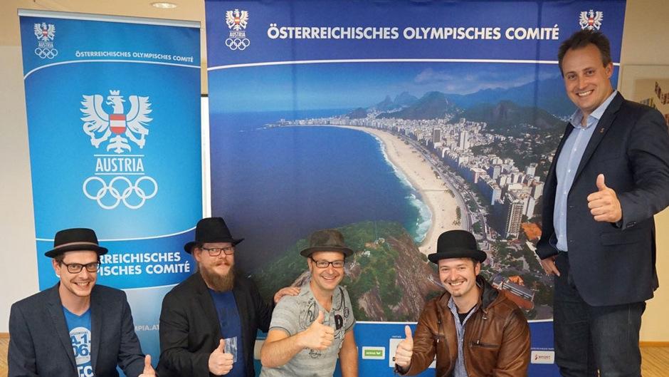 Strahlende Gesichter bei der ÖOC-Präsentation in Wien. Die Band Tyrol Music Project mit ÖOC-Koordinator Florian Gosch.