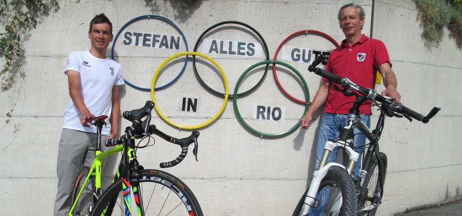 Straßenrad-Profi Stefan Denifl (l.) ist nun wie Papa Ernst (r.) 1996 bei Olympia dabei - vor dem Haus in Fulpmes wird dafür Stimmung gemacht.