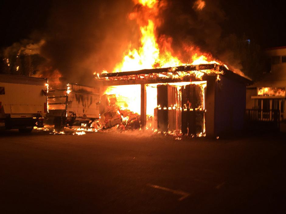 Das Feuer brach in drei mit Kartonagen befüllten Garagen aus.