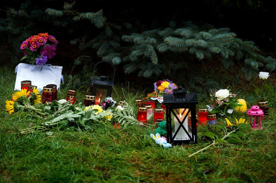 In der Nähe des Tatorts, an dem die 17-jährige Anneli erstickt wurde, legten Trauernde Blumen und Kerzen nieder.