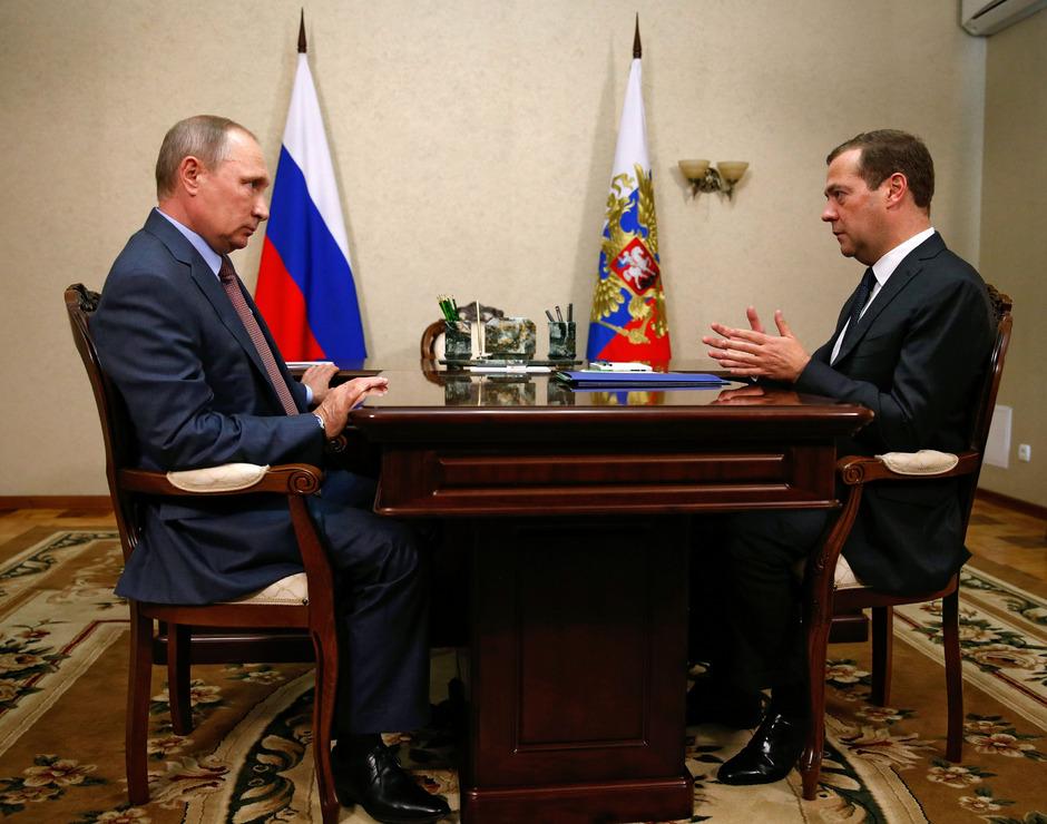 Der russische Präsident Wladimir Putin (l.) mit Premierminister Dimitrij Medwedew auf der Krim.