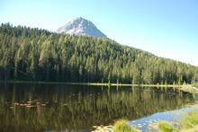 """Rund um den See (Piz Lad, 2808 m, im Hintergrund) entstand das Wegeprojekt """"Natur-Kultur-Wasser""""."""