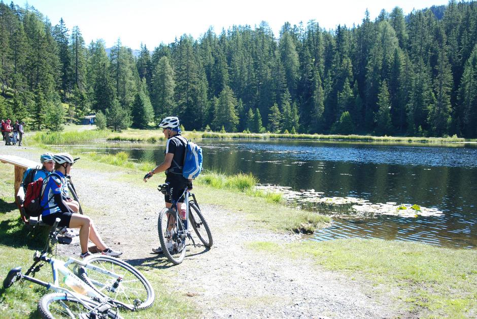 Sanfter Tourismus in der Reschenregion: Biker genießen landschaftliche Reize am Schwarzsee (1726 m).