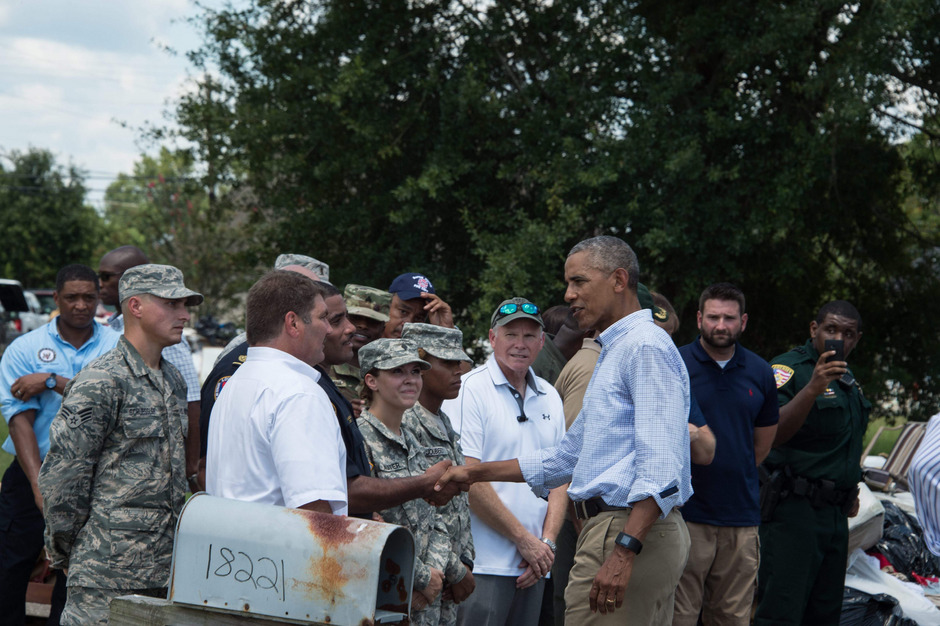 Obama landete am Dienstag in Baton Rouge und ließ sich dort die Folgen des Hochwassers zeigen.