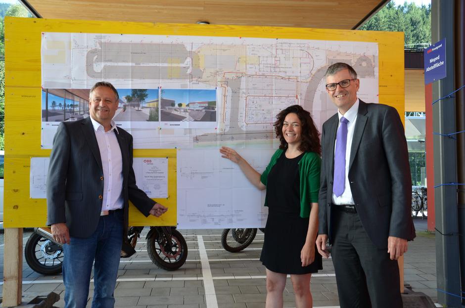 Günter Oberhauser präsentiert zusammen mit Ingrid Felipe und Klaus Winkler die Pläne des Bauvorhabens am Bahnhof Kitzbühel (v.l.).