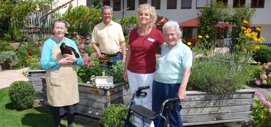 Fühlen sich wohl im gepflegten Garten: Paula, Heimleiter Gottlieb Sailer, Pflegedienstleiterin Christine Wolf und Rosi (v.l.).