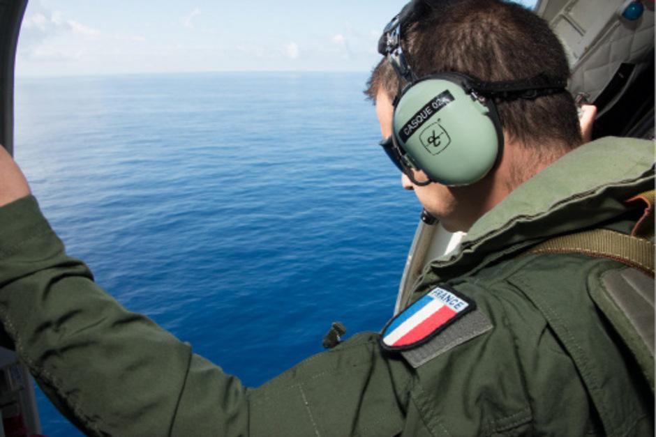 Suchmannschaften suchen den Indischen Ozean ab.