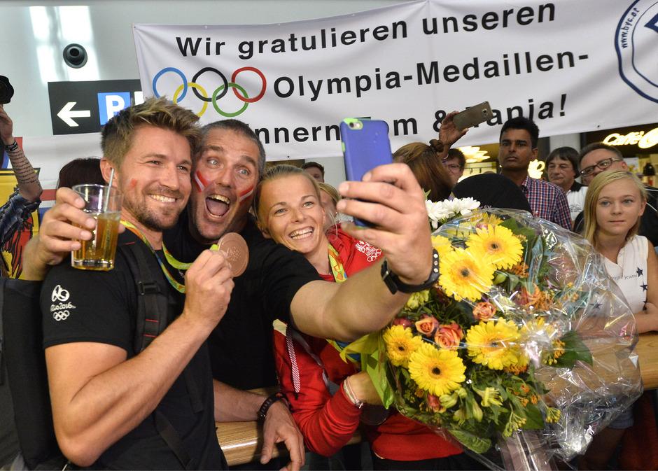 Thomas Zajac und Tanja Frank bei ihrer Ankunft am Flughafen Wien-Schwechat.