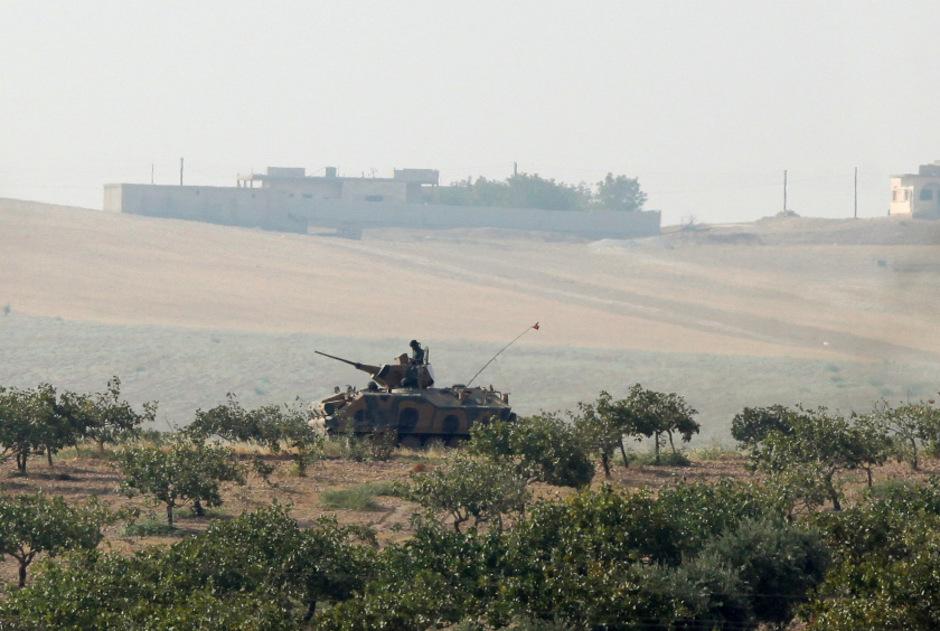 Die Türkei fuhr mit Panzern über die syrische Grenze.