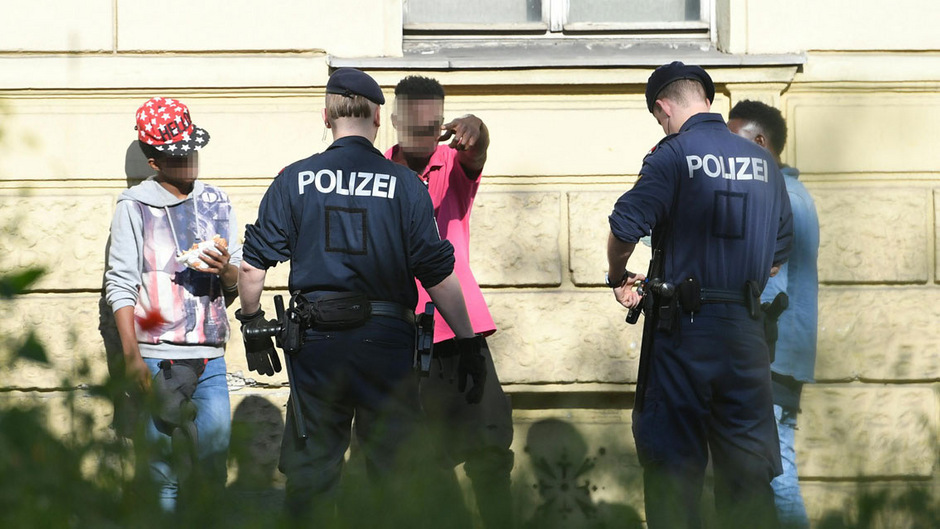 Polizeibeamte während einer Drogenkontrolle in Wien.