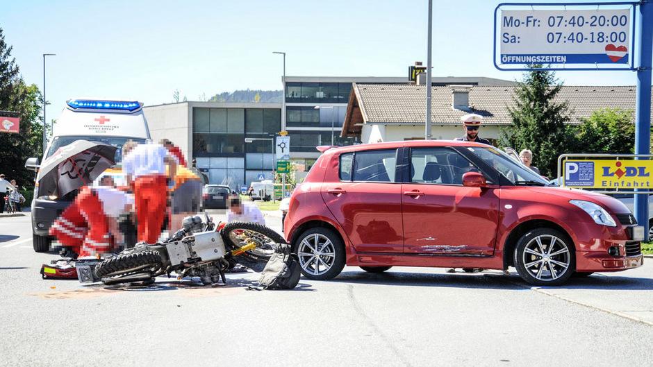 Eine Autofahrerin übersah in Telfs einen Motorradfahrer. Er stürzte und erlitt eine Verletzung an der Wirbelsäule.