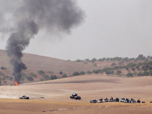 Türkische Panzer und Truppen auf dem Weg nach Jarablus.