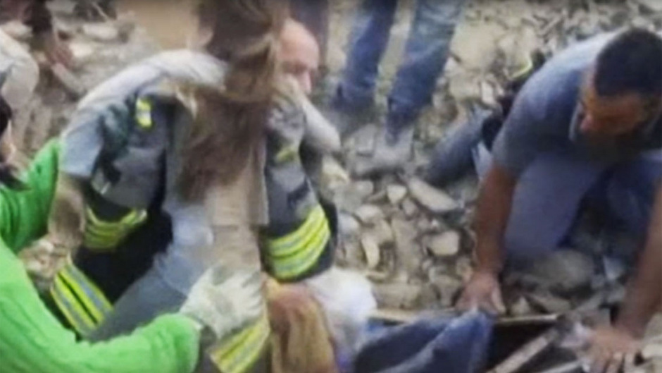 Die zehnjährige Giorgia wird nach 16 Stunden lebend aus den Trümmern gezogen.
