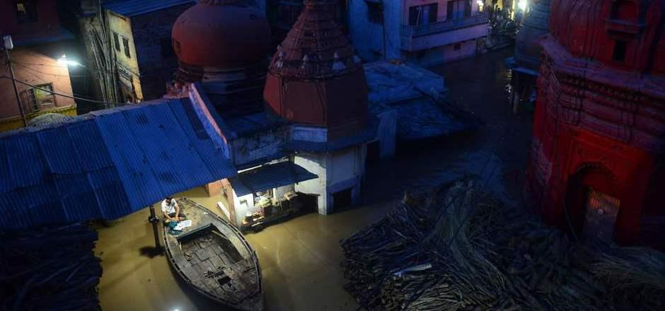 Die überflutete Pilgerstadt Varanasi liegt am heiligen Fluss Ganges.