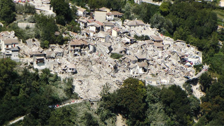 Das Erdbeben in Italien hat ganze Dörfer im Apennin-Gebirge zerstört. So liegt etwa der Urlaubsort Amatrice in Trümmern, ebenso Accumoli und Pescara del Tronto.