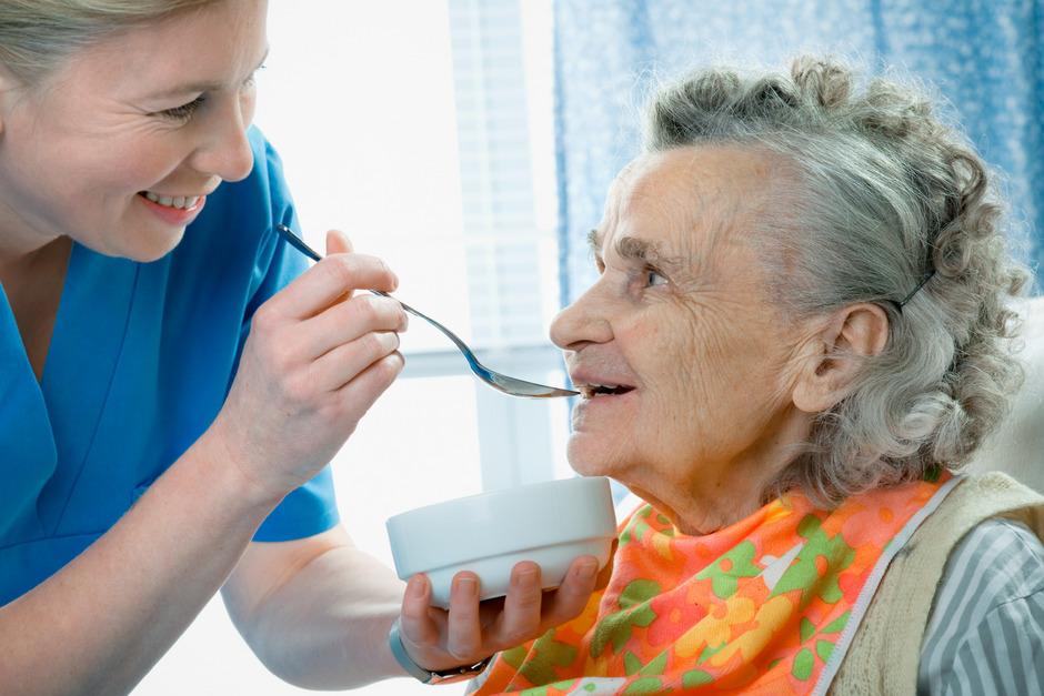 Praktische Anleitungen wie das Verabreichen von Essen sind ebenso Teil des siebenteiligen Kurses wie Wissen über die Pflegegeld-Einstufung oder das Kommunizieren durch die so genannte Validation.