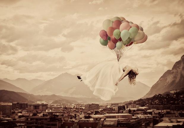 """Tommy Seiters """"Flying Bride"""" wird in Kematen auch für blinde Menschen erlebbar – über Bildbeschreibungen per Kopfhörer oder Brautkleidstoff und Luftballons zum Angreifen."""