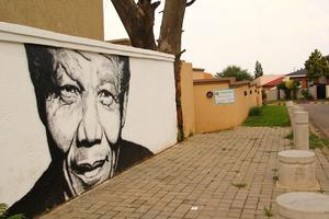 Ein Wandbild zeigt das große Idol der Südafrikaner, vor allem von den Einwohnern der Townships.