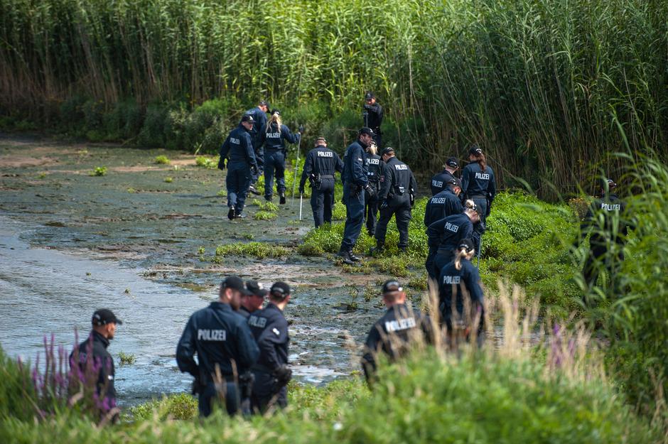 Polizisten durchsuchten das Elbufer.