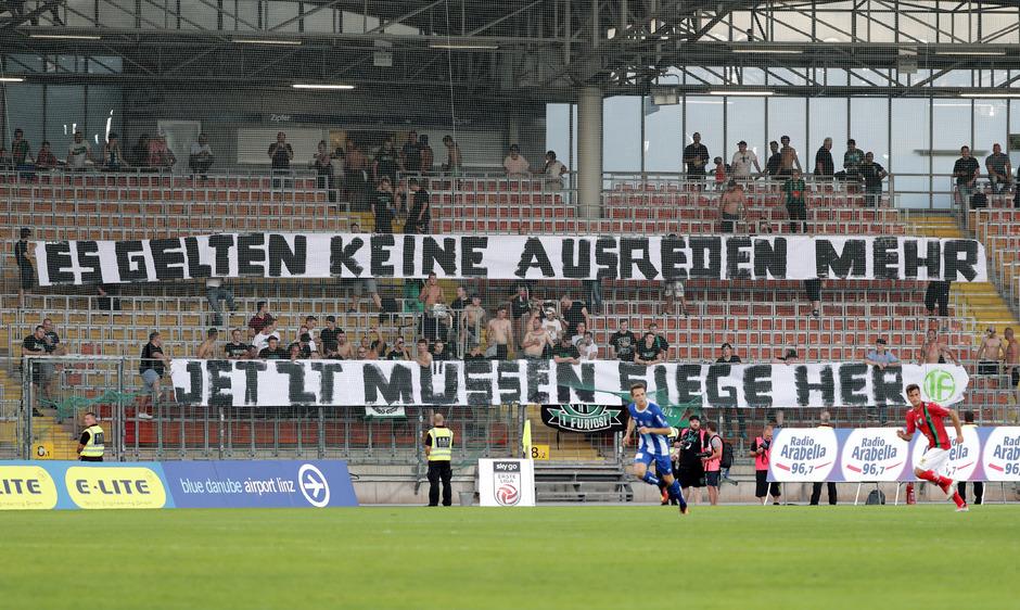 Die treuen Wacker-Fans in Linz machten unmissverständlich klar, was sie von ihrem Lieblingsklub in den kommenden Wochen erwarten.