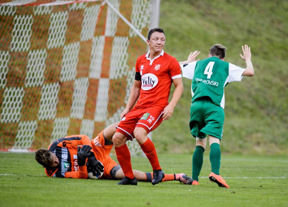 Wattens- und U19-Nationalteam-Torwart Emanuel Ponholzer hielt das 1:1 gegen den Ex-Wattener Rene Prantl (rot, Imst) fest.