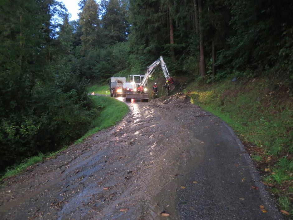 So wie hier die Zillertaler Höhenstraße wurden in ganz Tirol Straßen durch Murenabgänge verlegt.