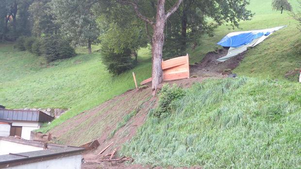 Einem Hangrutsch in Stumm fiel ein Gartenhaus zum Opfer.