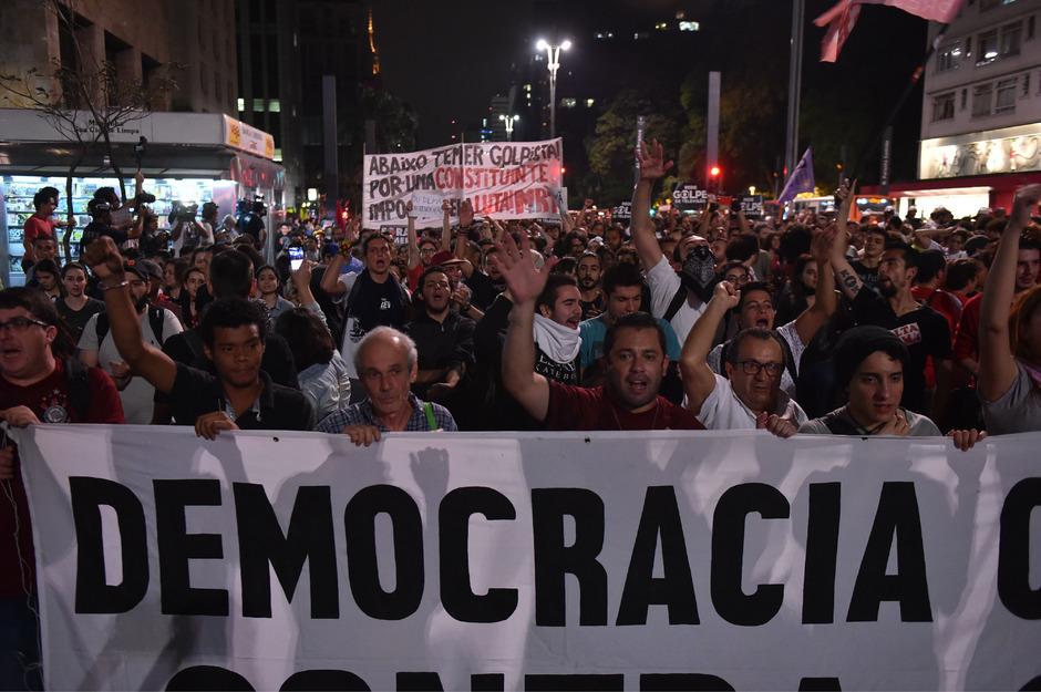 Rousseff-Anhänger demonstrieren in Sao Paulo für die Demokratie.