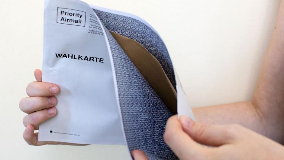 Eine schadhafte Wahlkarte, bei der sich der Kleber des Kuverts erst nach der Stimmabgabe löste.