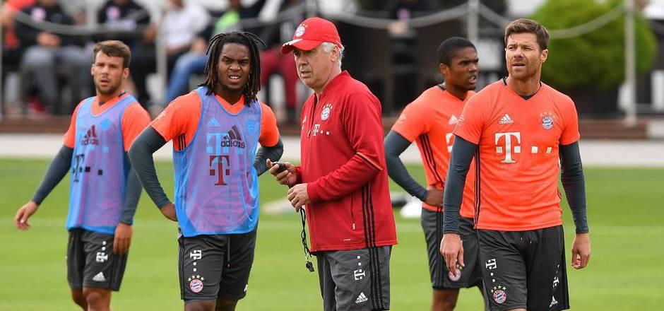 Bayern-Coach Ancelotti könnte erstmals Neuzugang Renato Sanches (2.v.l.) bringen.