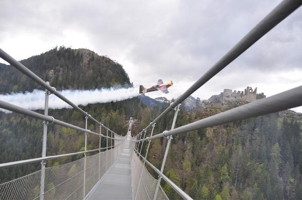Air-Race-Star Hannes Arch bot im Mai 2015 mit seiner Zivko Edge 540 spektakuläre Flugeinlagen an der Reuttener Highline.