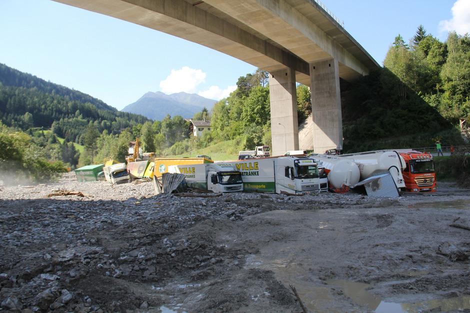 Unterhalb der Arlbergschnellstraße bei Grins war nur noch ein riesiger Murenkegel samt zerstörten Lkw zu sehen.