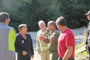 LH Günther Platter (2.v.l.) am Sonntagvormittag auf Lokalaugenschein: Feuerwehr-Funktionäre informierten ihn über die Schäden.
