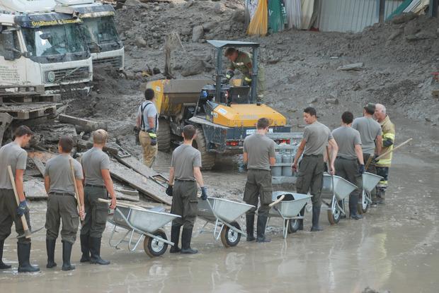 """Am Montag trafen auch 50 Soldaten vom Baupionierzug des Bundesheeres mit Schubkarren, Pickeln und Schaufeln in der """"Murenzone"""" ein."""