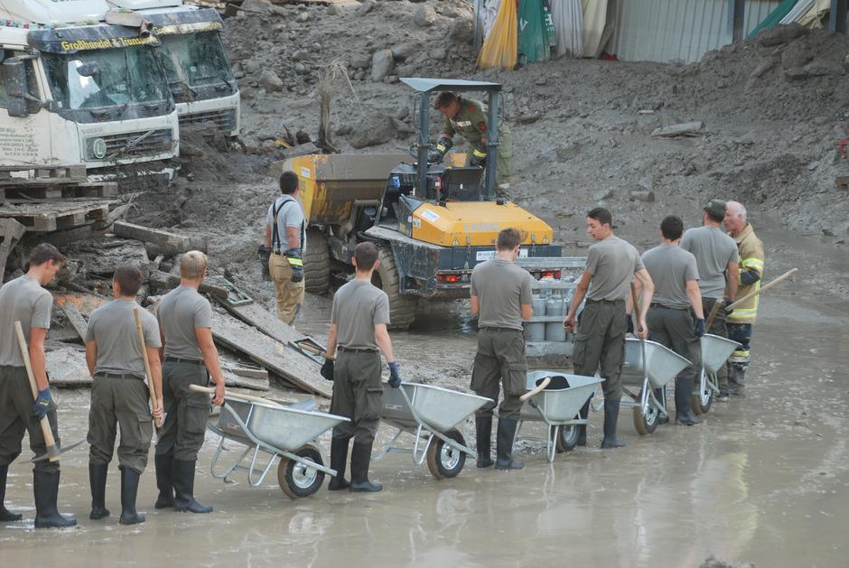 """Am Montag trafen auch 50 Soldaten vom Bau-Pionierzug des Bundesheeres mit Schubkarren, Pickeln und Schaufeln in der """"Muren-Zone"""" ein."""