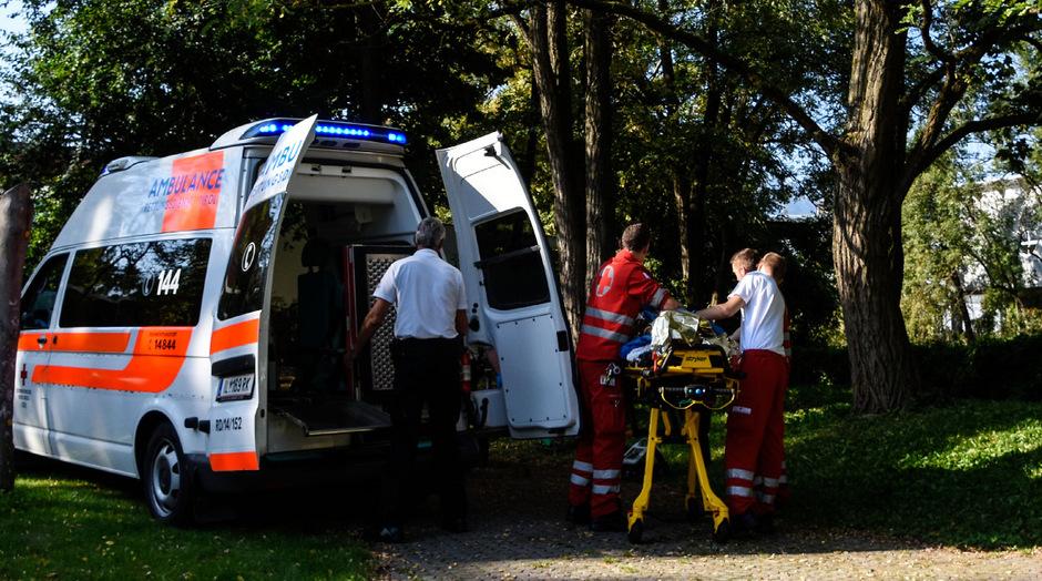 Der 17-Jährige wurde von der Rettung in die Klinik gebracht.